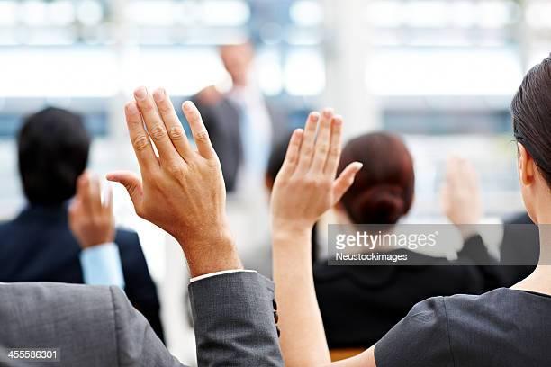 Gens d'affaires soulevant ses mains
