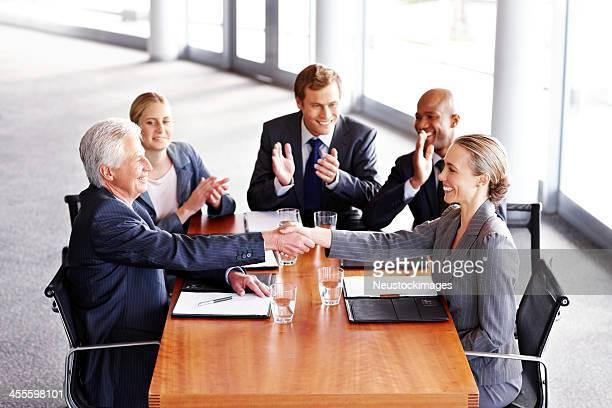 ビジネスの人々の手を振るでのミーティング