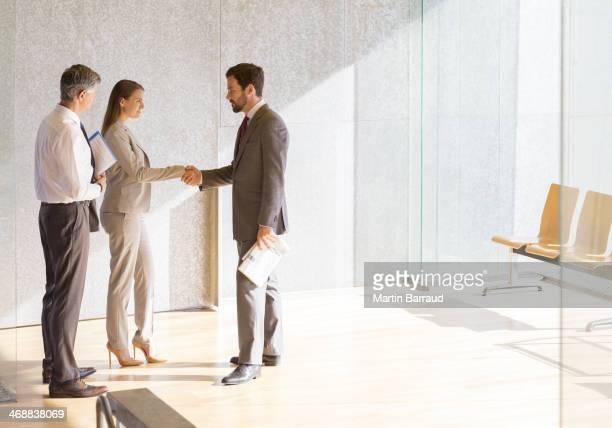 ビジネスの人々の手を振る太陽のオフィスのロビー