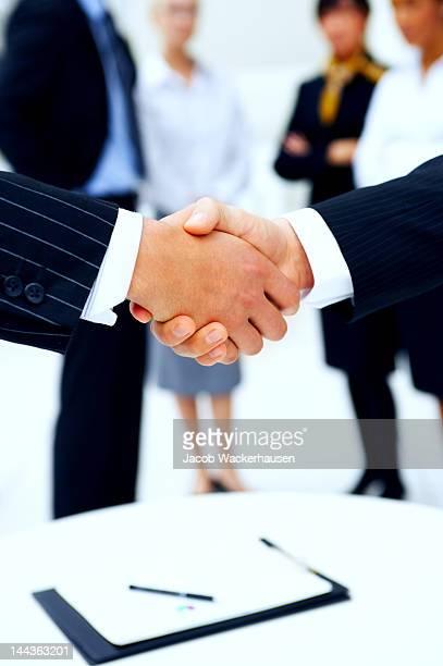 ビジネスの人々の手を振る