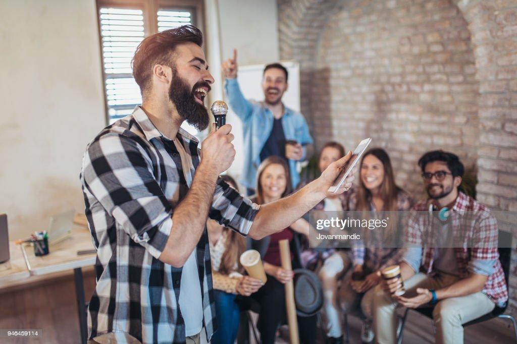 Entreprise personnes chantant karaoké au bureau moderne photo