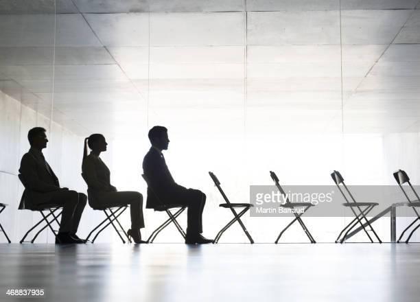Geschäftsleute Sitzen im Büro Stühle in einer Reihe