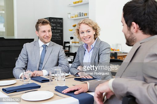 Business people sitting in restaurant : Foto de stock