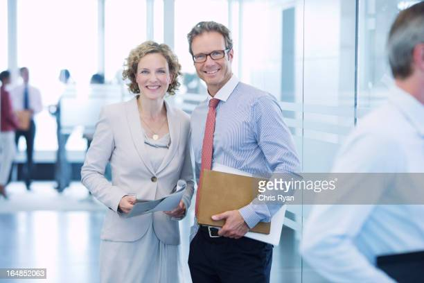 Lächelnd Geschäftsleuten in Büro-Korridor