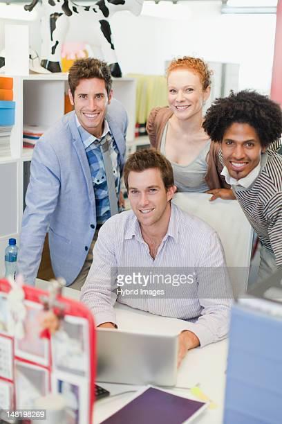 Gens d'affaires souriant dans un bureau
