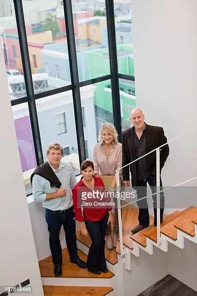 Pessoas de negócios a sorrir em escadas