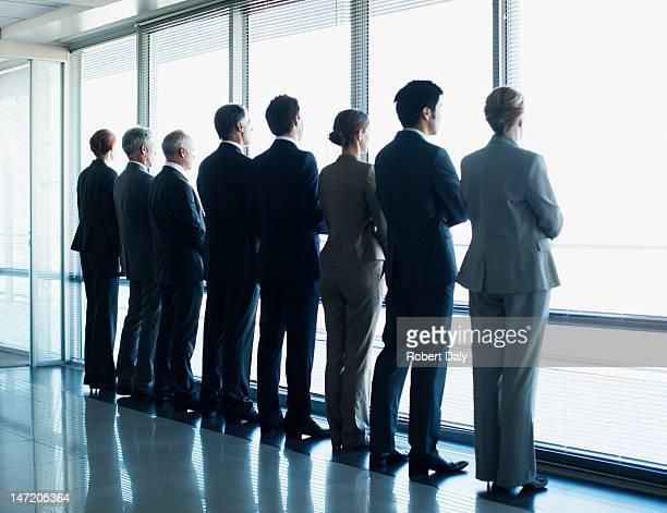ビジネスの人々に立っていると、窓の外