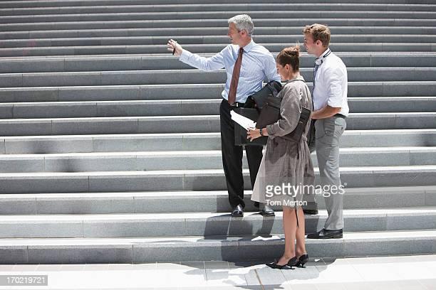 Geschäftsleute auf Schritte im Freien