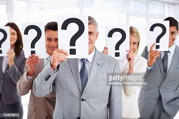 Business people standing mit Fragezeichen auf -brett