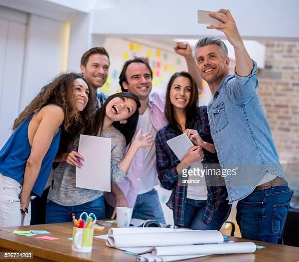 Gens d'affaires prenant un selfie