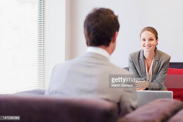 ているビジネス人々の顔、顔、顔のロビー