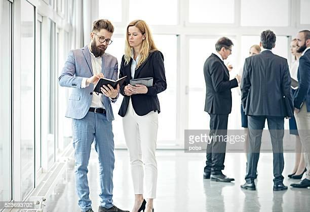 Gens d'affaires discutant dans le hall