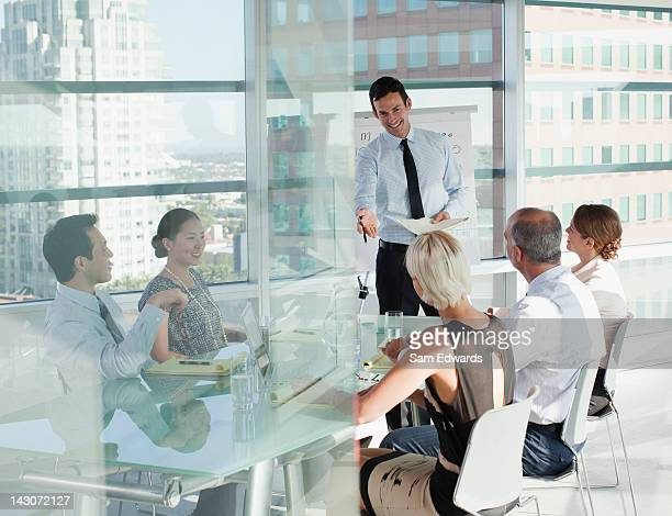 Empresarios hablando en la sala de reuniones