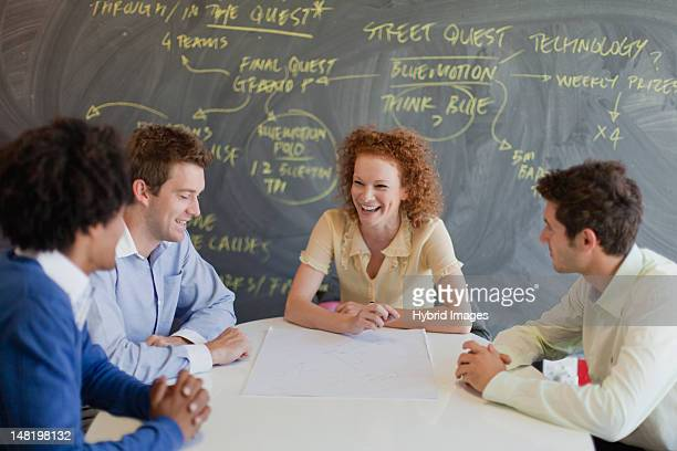 Geschäftsleute sprechen im Meetingraum