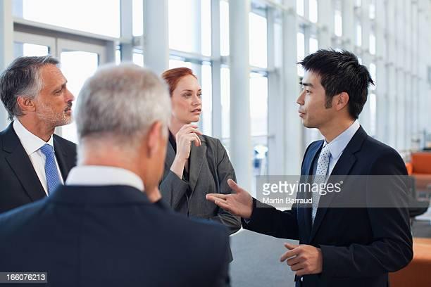 ビジネスの人々で話しているオフィスのロビー