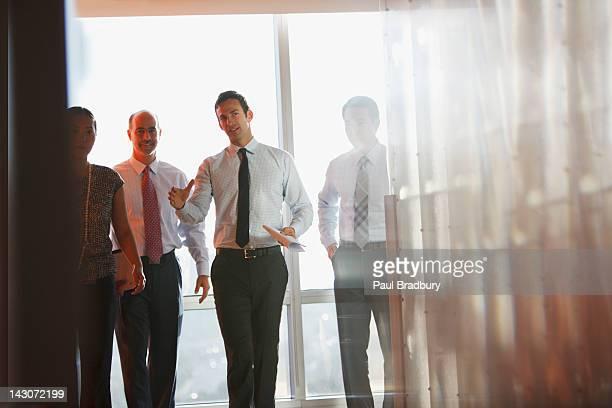 ビジネス人々のオフィスで話している