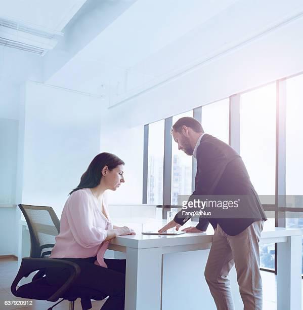 Pessoas de Negócios no escritório falar