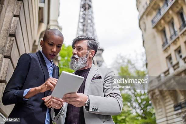 Gens d'affaires discutant dans les rues de Paris