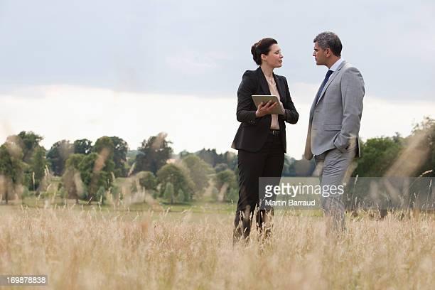 Gens d'affaires discutant ensemble à l'extérieur