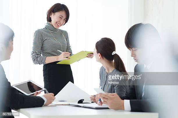 ビジネスの人々になりながらのミーティングを文書化する