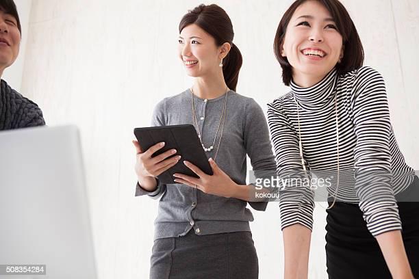 ビジネスの人々のお客様に、オフィスでの会話