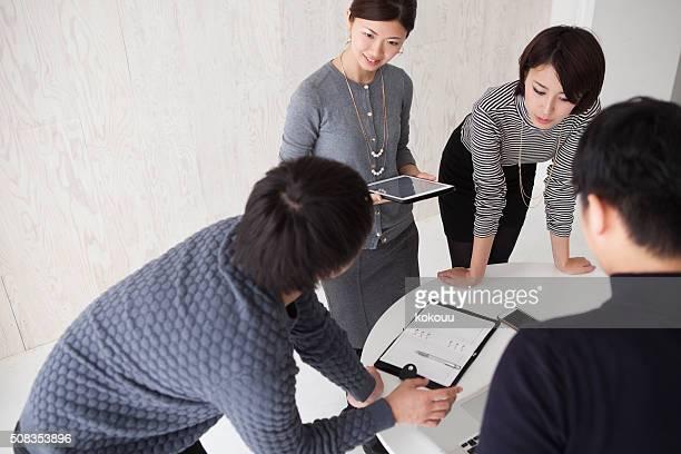 ビジネスの人々のミーティングのプランニングを促進するために