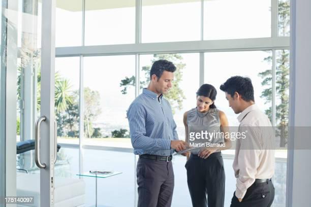 タブレットコンピューターを使用してビジネス人のオフィス