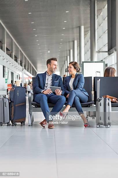 Geschäftsleute warten auf Flug