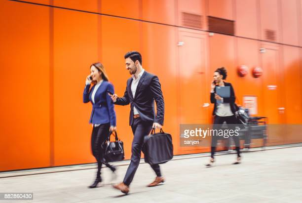 歩行、ぼやけているビジネス人々