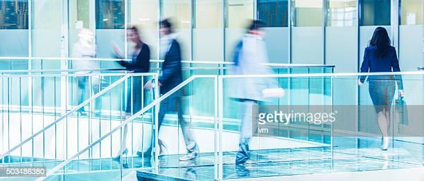 ビジネス人々徒歩での現代的なオフィスのロビー