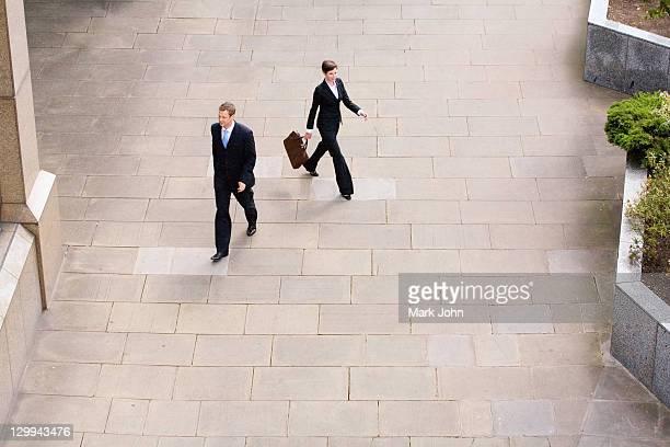 Geschäftsleute gehen im courtyard