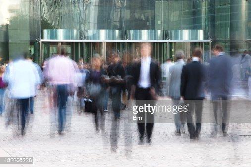 ビジネスの人々徒歩圏内には、オフィスビルの正面