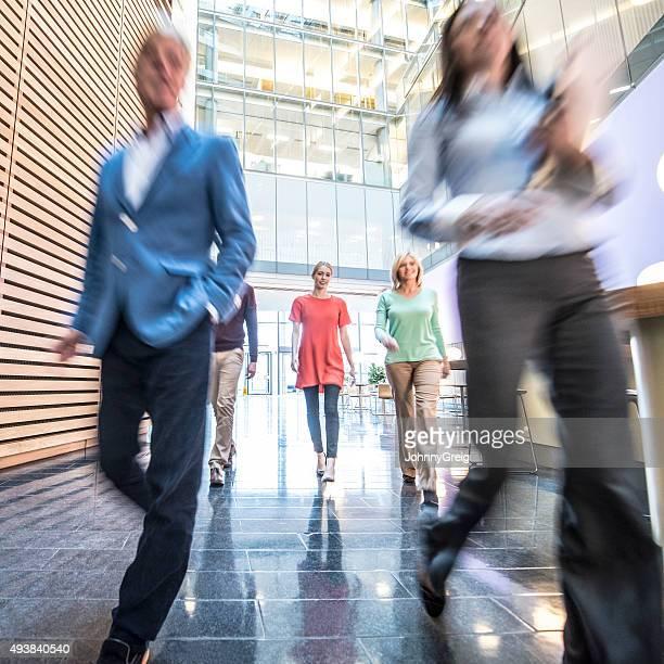 Gens d'affaires à pied au bureau moderne, flou artistique