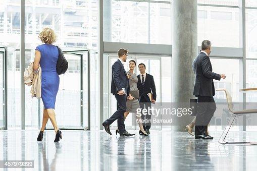 ビジネス人々徒歩でのオフィスのロビー