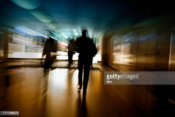 ビジネスの人々のウォーキング、トンネルを通過し、アクションショット