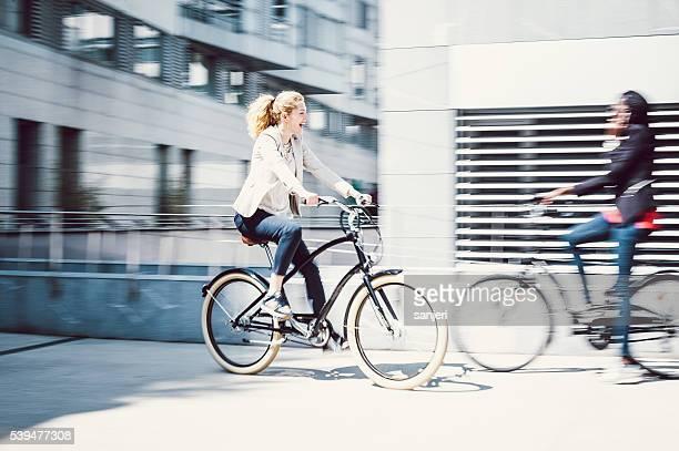Bicicletas Gente de negocios hablando por teléfono con