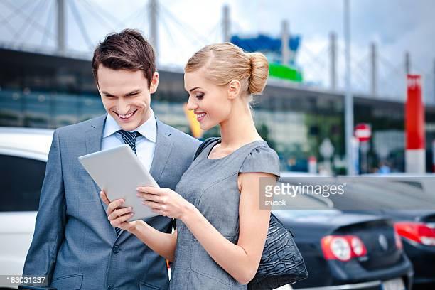 Gente de negocios con tableta digital