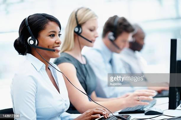 Geschäftsleute mit headset über die Arbeit in einem call-center
