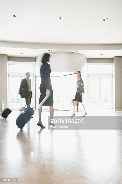 Geschäftsleute mit Koffer gehen in der lobby