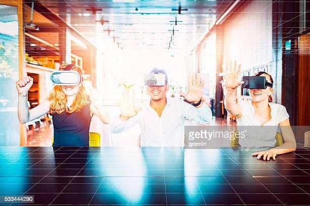 Geschäftsleute mit virtuelle reality-Taucherbrillen, Büro, Tagungsraum