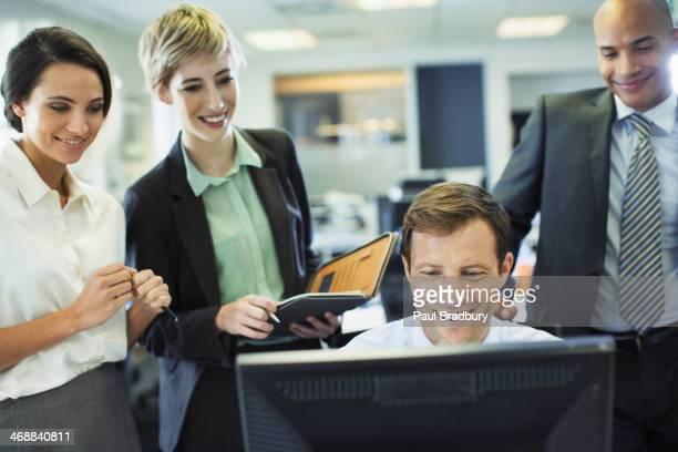 Business-Menschen arbeiten am computer im Büro