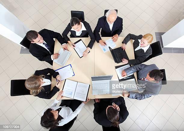 Las personas de negocios trabajan en las salas de reuniones