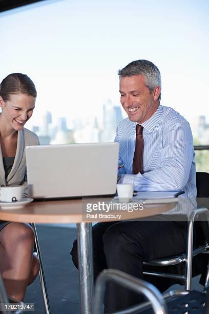 Las personas de negocios trabajan en cafe