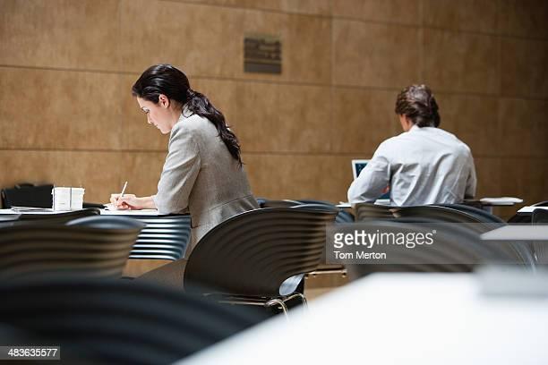 Femmes d'affaires travaillant dans le café