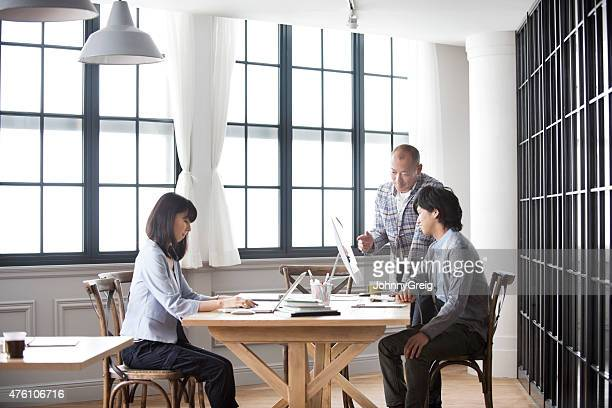 ビジネス人々の作業のモダンな日本のオフィス