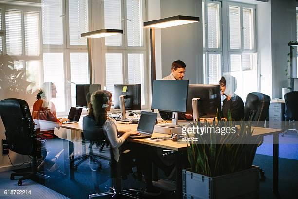 Uomini d'affari al lavoro in ufficio moderno