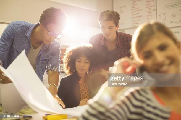 Femmes d'affaires travaillant dans le bureau