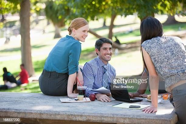 Uomini d'affari che lavorano nel parco