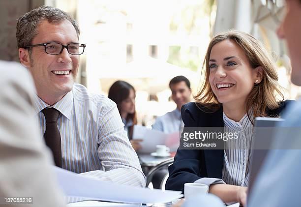 Pessoas de negócios, trabalhando no Café Esplanada