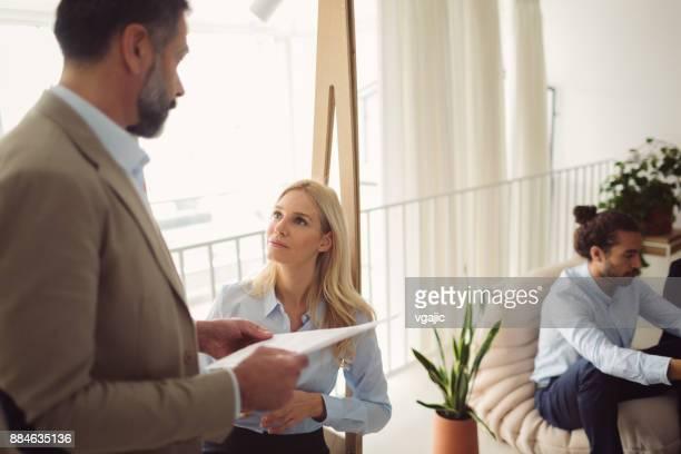 Geschäftsleute, die im modernen Büro